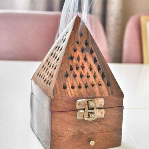Ahşap tütsülük (Gül Ağacından El Yapımı): Ülkemizde ev tütsülüğü çeşitleri ve modelleri arasında en çok tercih edilen, Hindistan gül ağacından el yapımı olarak üretilen, çok şık çekmeceli, 9 cm. x 17 cm. ebatında olan, piramit veya kubbe diye adlandırılan ahşap tütsülüğümüzü kapıda ödeme imkanı veya EFT/Havale ödemelerde süpriz indirim ile satın al.